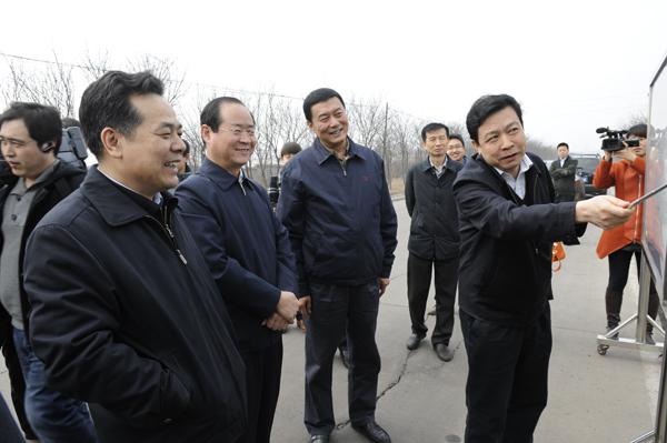 郭明董事長は会社の高級管理層を携えて陽泉市をご訪問